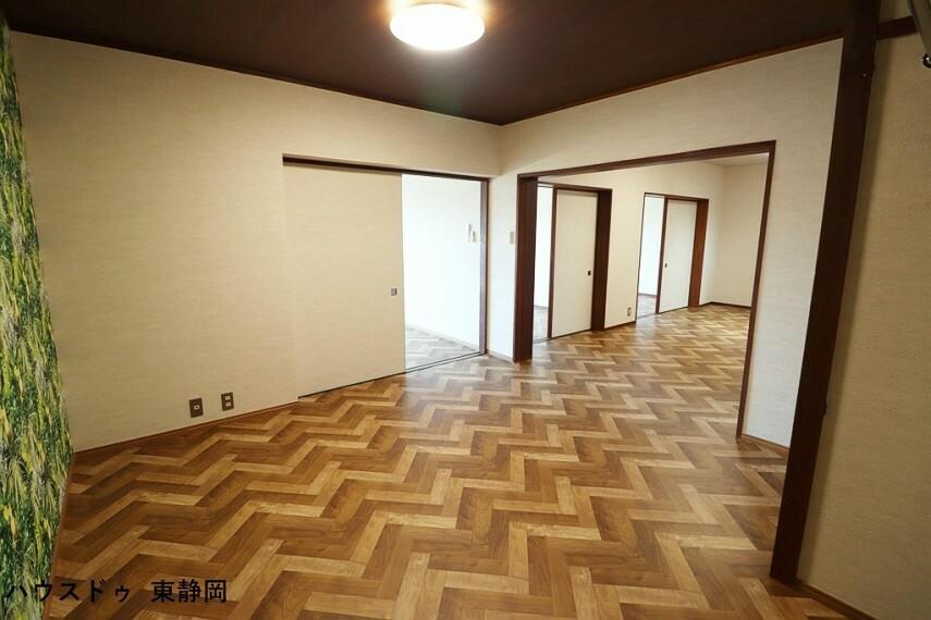 居間・リビング 柱で区切られたリビングは、用途を分けてスペースを利用するのに便利です。