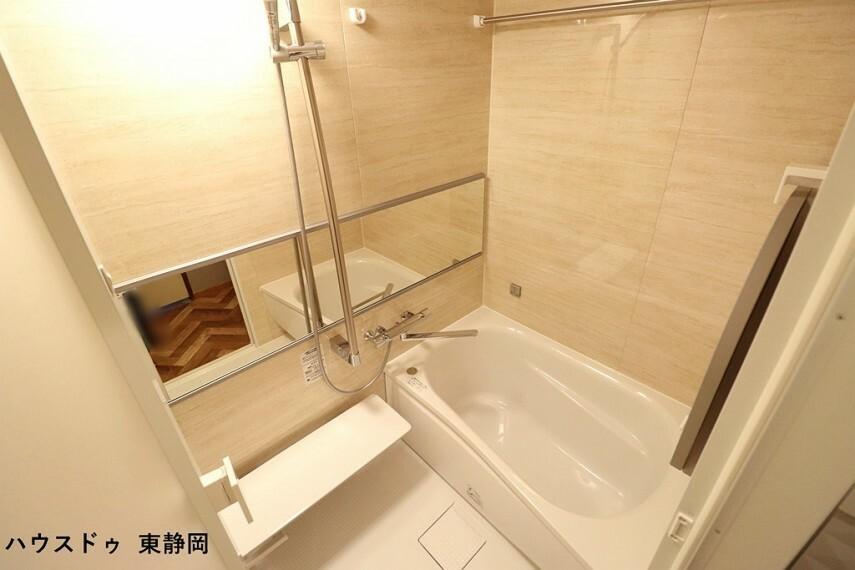 浴室 浴室には洗い場だけでなく浴槽からも見ることができるワイドな鏡を設置しました。