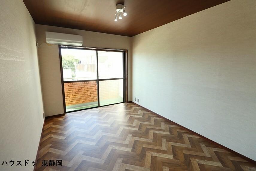 洋室 間取り図下側洋室。バルコニーからの陽光や風を感じられる洋室。
