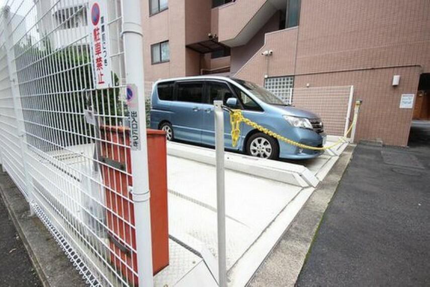 敷地内駐車場 平置きの駐車スペースが嬉しいですね。※空き状況は都度ご確認下さい。