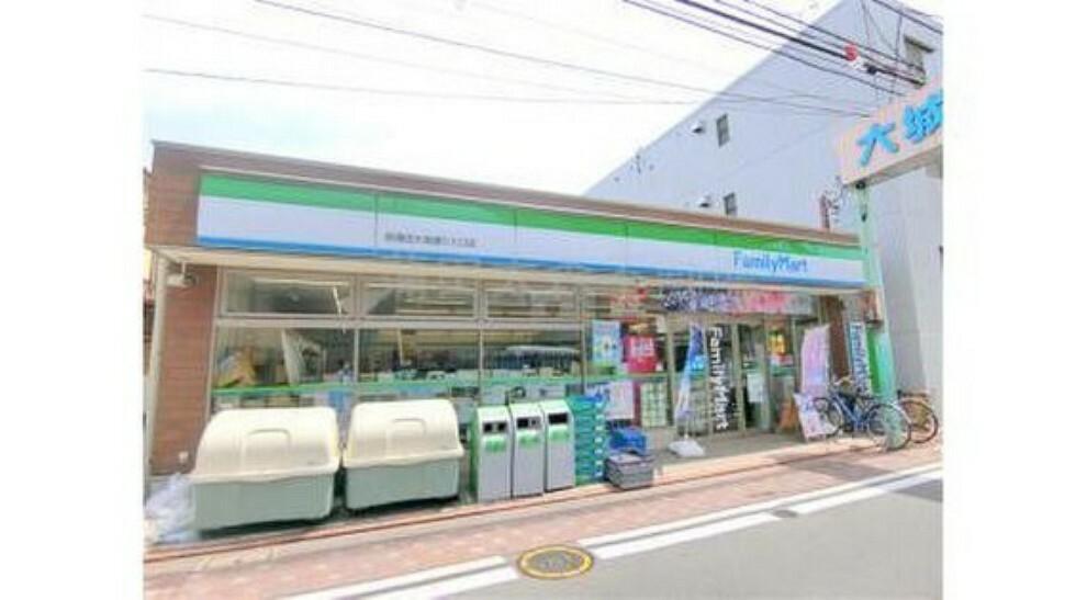 コンビニ ファミリーマート西蒲田大城通り入口店まで78m 「あなたと、コンビに、ファミリーマート」 「来るたびに楽しい発見があって、新鮮さにあふれたコンビニ」を目指してます。