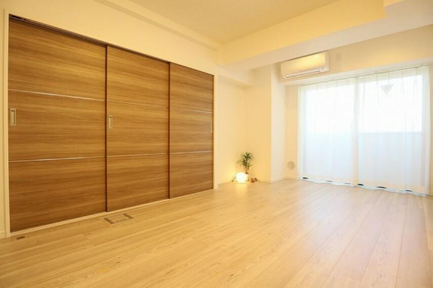 居間・リビング 内装工事中もご案内可能です。お気軽にお問い合わせください(同仕様のリビング画像)