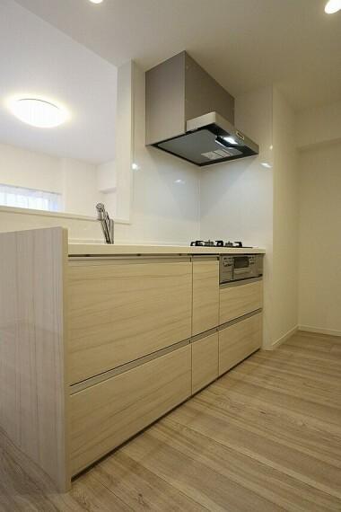 キッチン リビングダイニングの様子も伺える対面式キッチン(同仕様のキッチン画像)