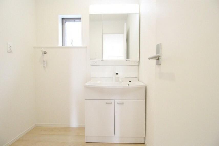洗面化粧台 三面鏡裏は全て収納スペースになっており、化粧品などの細かな物の収納に大変便利!