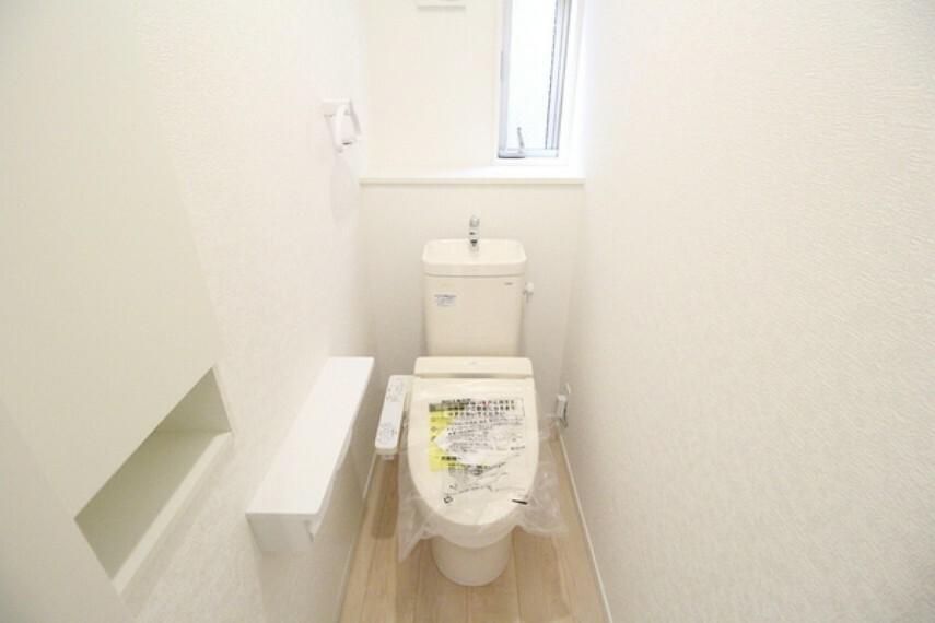 トイレ タオルホルダーや扉付き収納がある使い勝手のいいトイレ。 1階・2階に標準装備されています。
