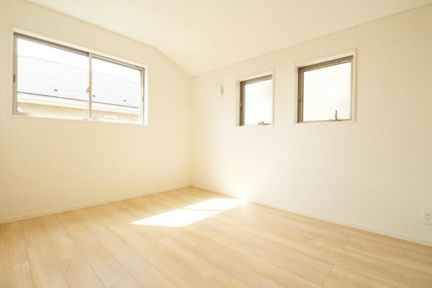 洋室 6.5帖洋室。 2つの小窓がかわいい居室は二面採光で明るく、通風も良好な空間に!