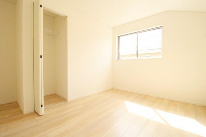 洋室 南西側6帖洋室。 バルコニーへ出入り可能な大きな窓があるため明るい!