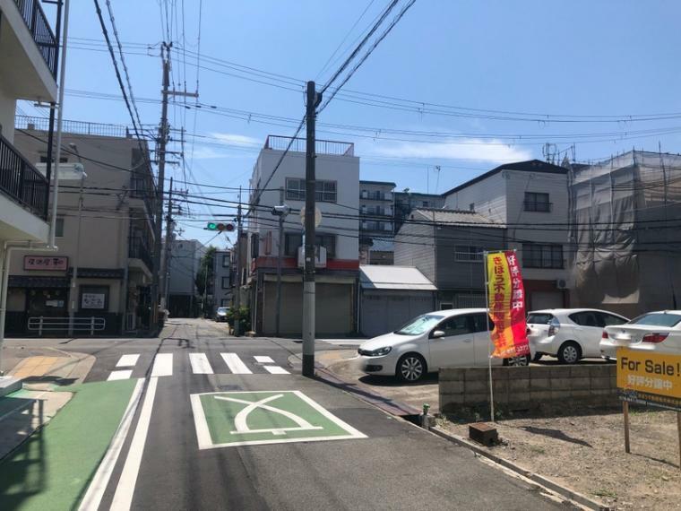 現況外観写真 前面道路は、ゆとりがあり車庫入れもラクラクです。