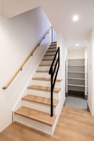 玄関 施工事例:【玄関】玄関収納多く、ベビーカーもラクラク収納できちゃいます。