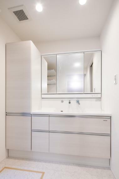 洗面化粧台 施工事例:【洗面台】大き目の洗面台はシャワー付きで朝の身だしなみも爽快!収納スペースが充実しているのですっきりと片付けることができます。