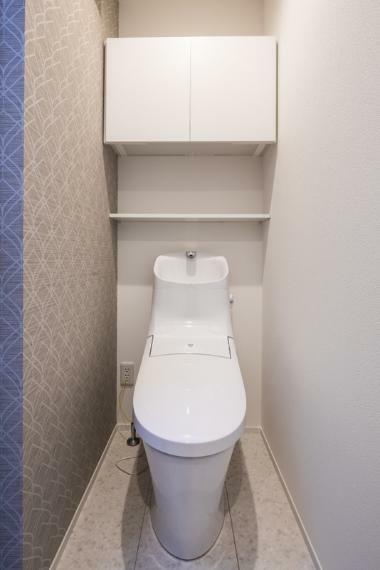 トイレ 施工事例:【トイレ】暖かな雰囲気のトイレ。快適な温水洗浄便座付きです。