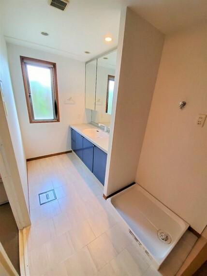 洗面化粧台 脱衣スペースもゆったりの洗面室