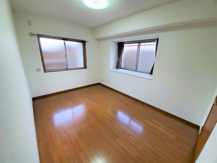洋室 約7.1帖洋室は2面採光で明るいです