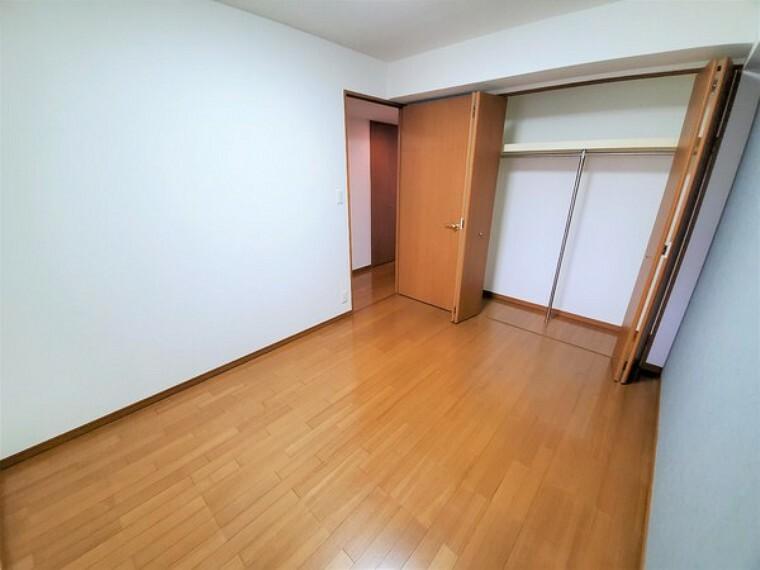 洋室 約6帖洋室にも収納完備