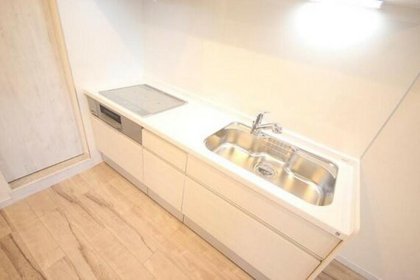 ダイニングキッチン 広々としたシステムキッチン。収納スペースが備わっているのでキッチンに物を置くことなく、スッキリとした印象を与えてくれます。