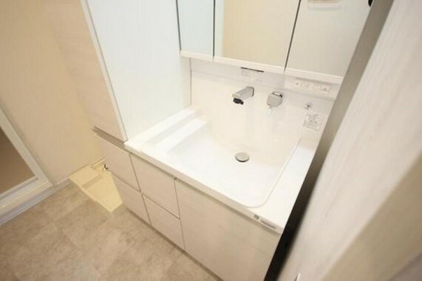 洗面化粧台 独立洗面台。下部には収納スペースが備わっており、物を置くことなく、スッキリとした印象を与えてくれます。