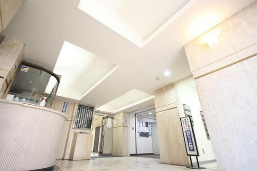 ロビー 光注ぐロビーは高級感と安心を兼ね備えた空間となっており、このマンションの魅力のひとつです。