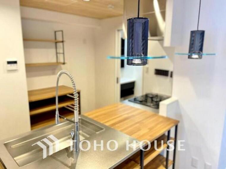 キッチン 美しく、使いやすい、キッチン空間。優しい温もりを醸し出すキッチンは料理の為の配慮を随所に注ぎました。