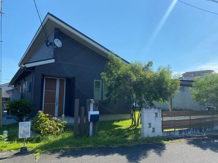 外観写真 一条工務店の家。太陽光発電システム付きのオール電化物件です。