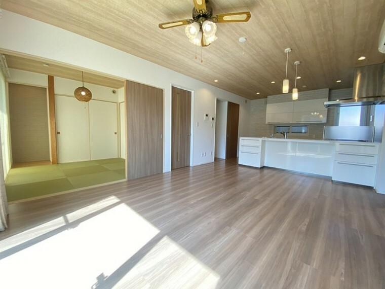 居間・リビング 家具の配置がしやすい長方形のLDKです。対面式キッチンで洗い物や、お料理をしながら、リビングにいるご家族とコミュニケーションを楽しめそうですね^^