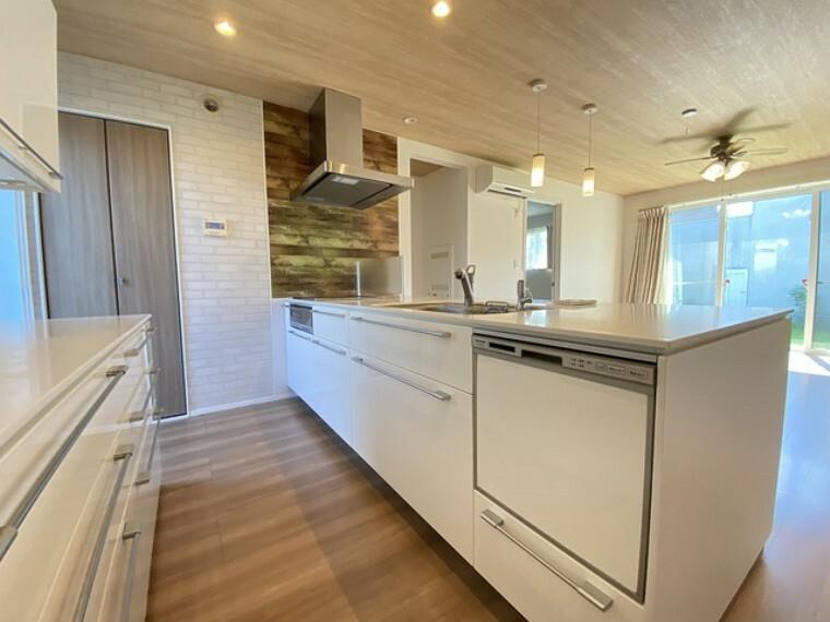 キッチン 奥行きのある収納スペースは大きなお鍋からフライ返しやお玉などの細かいキッチンアイテムもすっきりと片付けられるよう考えられています^^