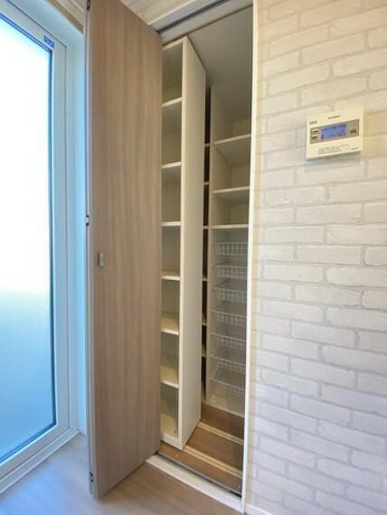 収納 キッチン横にはパントリーがございます。調味料などのストックを収納したりするのに便利ですね^^