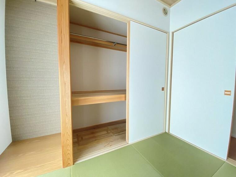 和室 床の間と押入れ付きの和室は、廊下からもリビングからも行き来できるので、客間として活用できますね。