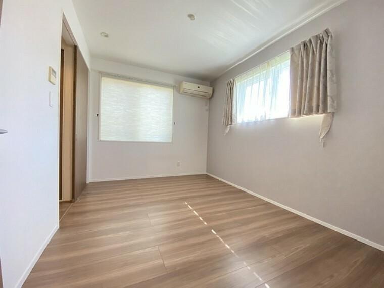 洋室 2面採光の明るい洋室です。家具を合わせやすそうな壁紙とフローリングですね^^