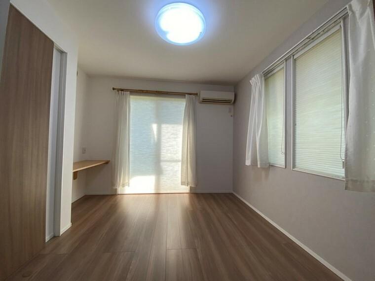洋室 全居室に収納スペース付きなので、持ち物が多くなりがちな方にはうれしいですね。