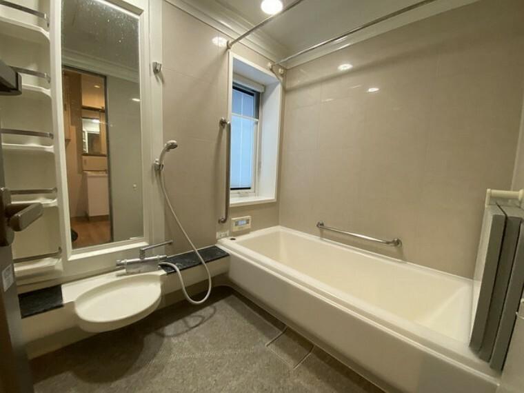 浴室 浴室にも床暖房が完備してあるのでヒートショックの心配が軽減されますね^^ 広々としているので親子で入っても、ゆったりとくつろげそうです。