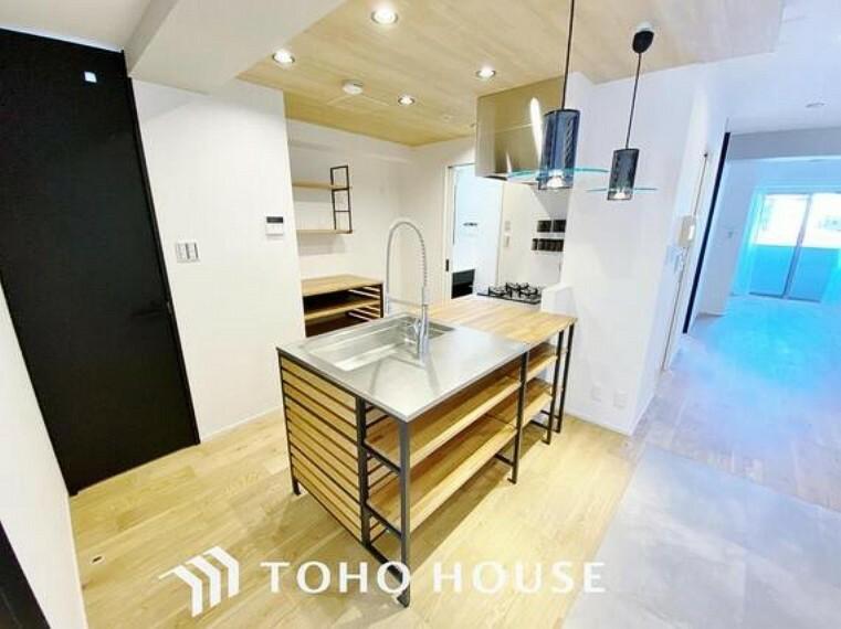 ダイニングキッチン 「リフォーム済。キッチン」料理効率を上げる3口コンロ、食洗機、奥まで使い易い収納を完備したシステムキッチンにリフォーム済みです。