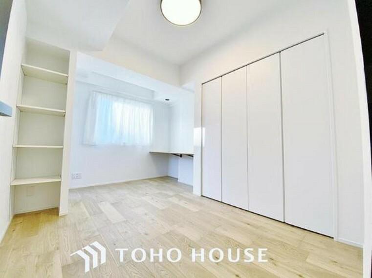 洋室 「明るい居室」温もりある自然光を感じていただける居室です。飽きのこないナチュラルカラーの床にホワイトの壁紙は、色褪せることのない心地良さを作ります。
