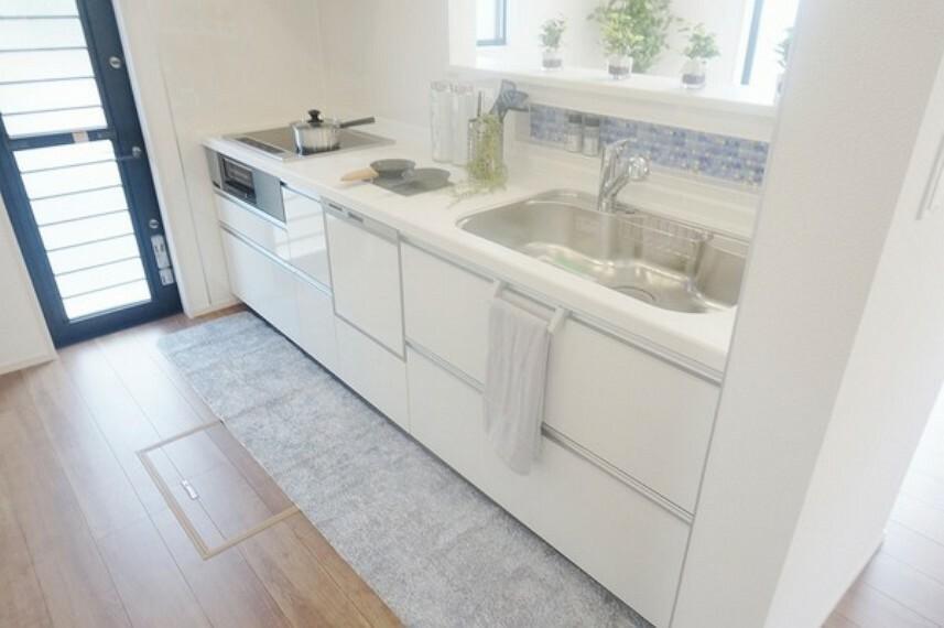 キッチン 人気のカウンターキッチンです。家事をしながらリビングの様子を見ることができます。