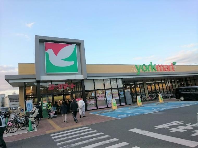 スーパー 【ヨークマート六浦店】店内はとても広く、品揃えも豊富です。入口を通るとすぐにパン屋さんがあり、隣には大型ドラッグストアもございます。(営業時間)9:00-22:00