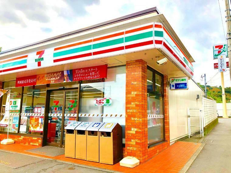 コンビニ 【セブンイレブン横浜東朝比奈インター店】足りない調味料やおやつを買ったり、お金をおろしたり、住民票を発行したりすることができるコンビニが徒歩圏内にあると何かと便利です。