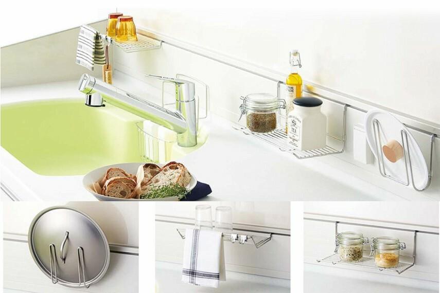 キッチン/トクラス「ハンガーアイテム」  キッチンワークもはかどる豊富なハンガーアイテムは、水切りやフタ置きにも便利でスッキリ片付きます。