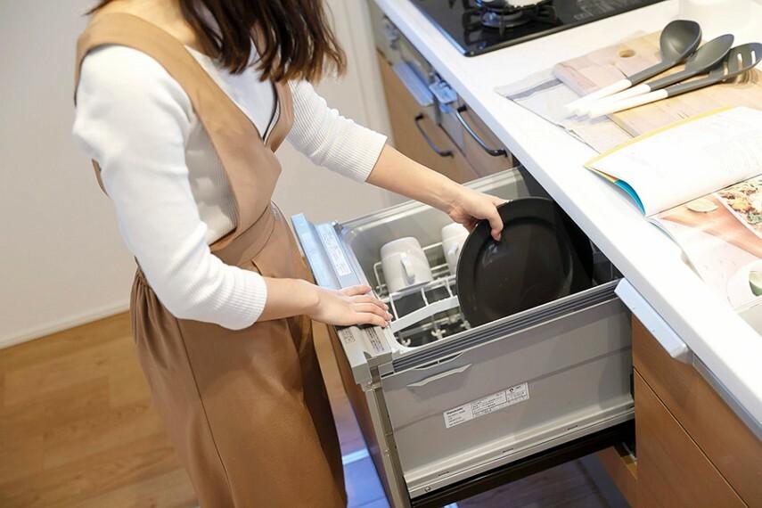 キッチン/食器洗い乾燥機  お料理の後片づけをきちんとサポートするビルトインタイプの食器洗い乾燥機です。
