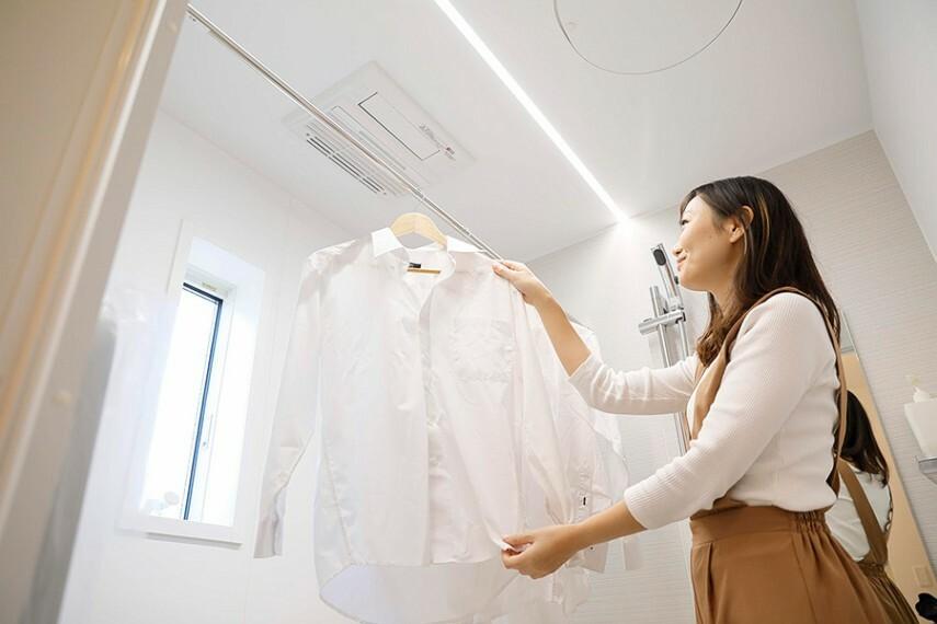 バスルーム/浴室暖房乾燥機  雨の日や外出時に洗濯物を干せて便利です。寒い時は、あらかじめ室内を暖めて快適に入浴できる暖房付き乾燥機です。