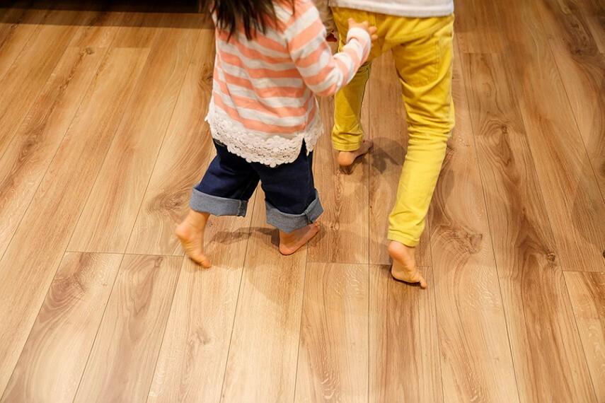 床暖房  床下に温めたお湯を循環させることで、ホコリを舞い上がらせずに空間をポカポカに。小さなお子様がいるご家庭にも嬉しい暖房システムです。