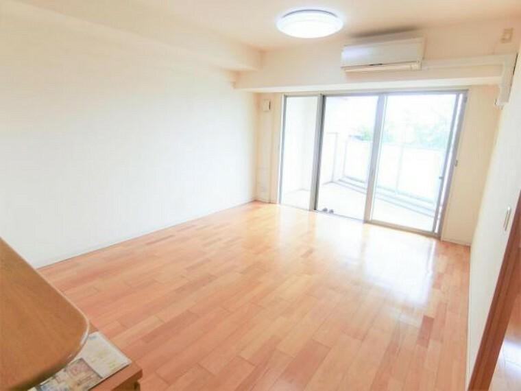 居間・リビング 飽きのこないシンプルな内装と家具を配置しやすい形状で、長く愛していただけるリビングです