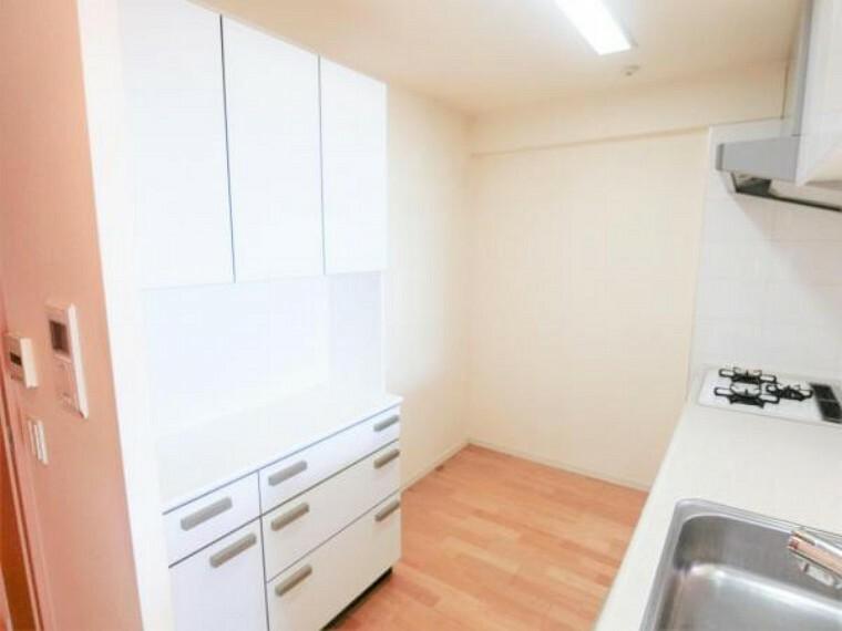 キッチン キッチン背面の様子。十分なスペースがございます。