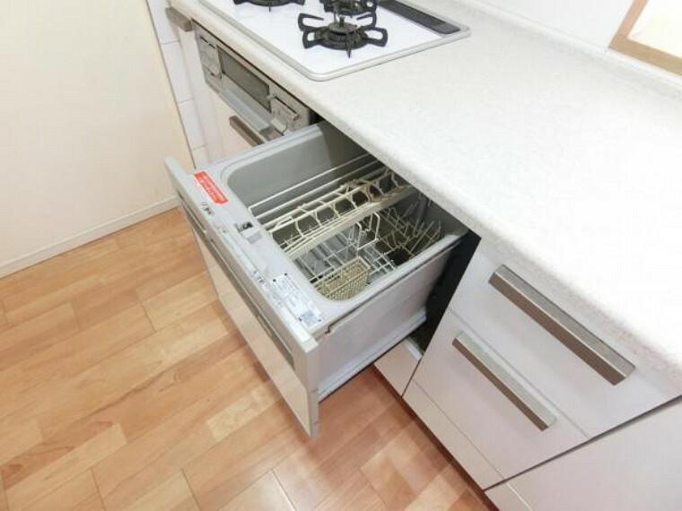 キッチン 食器洗い乾燥機つき。家事の時短に重宝します。
