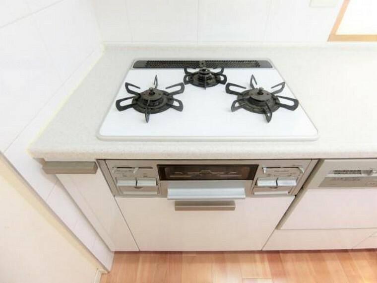 キッチン Siセンサー付き三ツ口ガスコンロ。