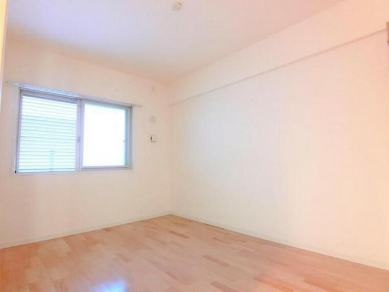 洋室 北側からの自然光に包まれた落ち着きのある空間。お子様部屋やテレワークスペースなどにご使用いただけます。