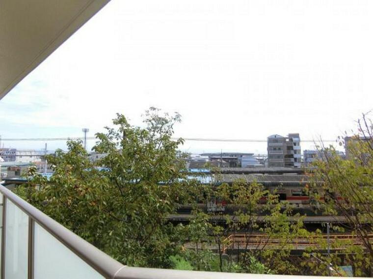 眺望 バルコニーからの眺め。山陽電車のホームと少し海が見える、のんびりとした眺望がほっこりします。