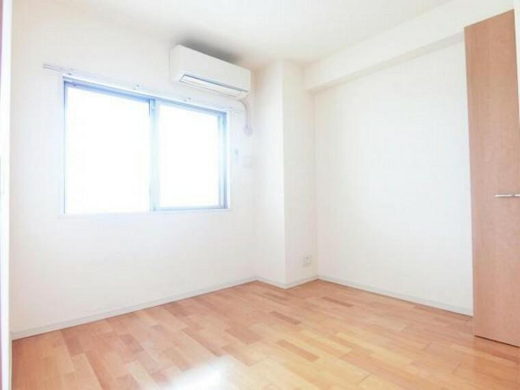 洋室 リビングに接する5.3帖の洋室。バルコニーにも面するので明るく居心地の良いお部屋です。
