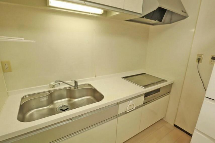 キッチン キッチン。2013年4月にリフォーム済みで、きれいにお使いです。IHクッキングヒーターのため、調理中に熱くならず快適にお料理ができます。お掃除しやすく、調理中の作業スペースにも出来る点も魅力です。
