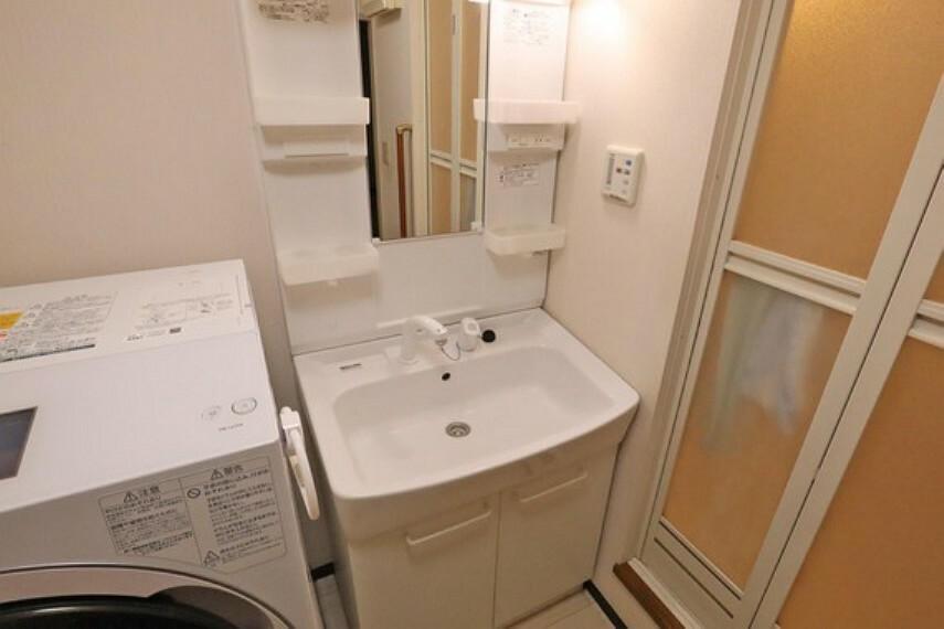 洗面化粧台 洗面室。2013年4月にリフォーム済みで、きれいにお使いです。