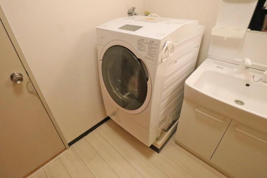洗面化粧台 洗濯機置場。大きな洗濯機も充分における広いスペースが確保されています。