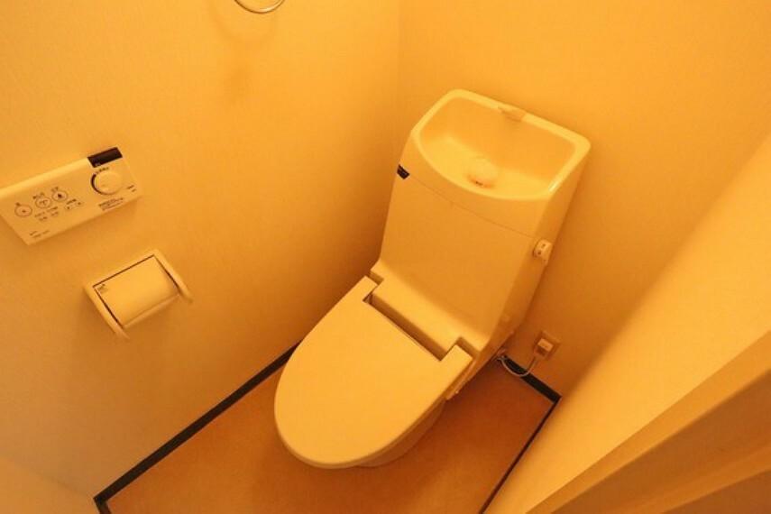トイレ トイレ。2013年4月にリフォーム済みで、きれいにお使いです。温水洗浄便座つきなので、いつも清潔に保てます。また、暖房機能搭載で、冬場でも便器に座って冷たい思いをすることなく、快適に使用できます。